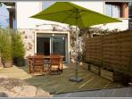 terrasse privative , une table de jardin , 2 fauteuils bois et deux chaises bois ,2 relax , bbq