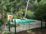 piscine aux formes particulières et sécurisée