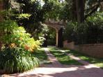 A gate with garden flowers! Un arco con fiori del giardino!
