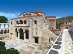 A 5 min à pied: l'Eglise byzantine aux cent portes, une des plus anciennes de Grèce.
