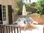 la terrasse du cigalon de 18m2 avec salon de jardin et barbcue electrique close par barriere en bois