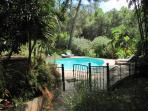 vue sur piscine close par barrière et portillons