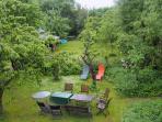 Blick ins Grün - Ihr Reich für Abenteuer und Erholung! Pavillon, TT-Platte, Quickpool, Trampolin.