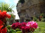 jardin avec en toile de fond le rocher