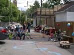 Each year, the neighbours organize a party for the kids in the alley!!
