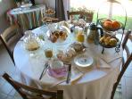 Le petit déjeuner servi dans la salle à manger.