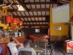 Le bar, avec retransmission des événements sportifs