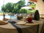 Le petit -déjeuner au bord de la piscine