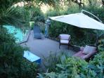 la terrasse devant la piscine.......transat et salon de jardin
