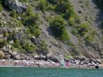 La spiaggia dal mare con bagnanti