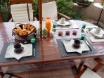 Petit déjeuner copieux avec confiture maison sur la terrasse