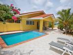 Villa Amarilla, porc, terras en zwembad, centraal op het eiland.