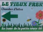 A La Chassagne, la pancarte qui indique l'accés à la maison, sur le bord de la route