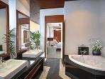 Spacious en suite to master bedroom
