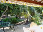 vue jardin de la terrasse du bungalow Tamarin