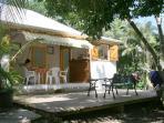 terrasse du bungalow Tamarin vue du jardin tropical