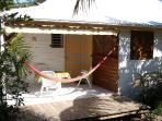 terrasse du bungalow Cajou vue du jardin