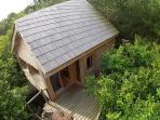 la cabane du trappeur, et sa terrasse à 5 m du sol, noyée dans les arbres