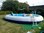 La piscine 'zodiac', ludique, avec ses jeux gonflables