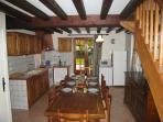 Une grande pièce à vivre, côté cuisine-salle à manger.