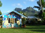 façade maison des propriétaires entre lagon et montagne