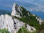 La Dent du Chat au-dessus du Lac du Bourget et Aix-les-Bains