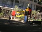 Columpios en el parque de delante del apartamento
