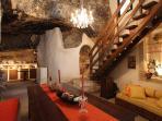 Cucina, bagno in grotta e scala per il soppalco