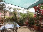 Un terrazzo da vivere tra i fiori per colazioni o cene indimenticabili.