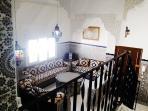 Salon vue des chambres avec aperçu des plafonds et zellige traditionnels
