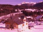Vista panoramica della  casa con la neve