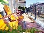 Terraza del apartamento, con hamacas para tomar sol o comer al aire libre