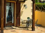 Apartment with private patio / Appartamento con patio privato
