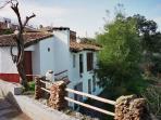 Preciosa casa rural dividida en estudios y apartamentos superiores. Vistas espectaculares