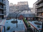 Edinburgh Castle View Apartment - shared garden