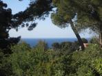 Zoom sur la mer vue de la terrasse de la villa
