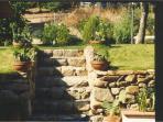 scala in pietra che porta alla zona alberata