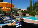 Vista sulla piscina esterna di 9 x 20 mt con cascate idromassaggio