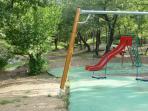 Jeux le long du ruisseau du Tombereau, à 200 m de la Villa Victoria