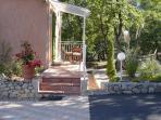 Entrée indépendante  chambre Victoria, petite terrasse avec salon de jardin,autre table dans le parc