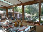 Petit déjeuner servi dans la véranda, vue panoramique sur la piscine et le parc