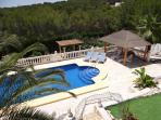 The large spacious 13000 square foot garden has no neighouring villas. Sunbathing in privacy!