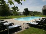 la piscine au fond du jardin