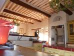 Autre vue de la cuisine avec son évier en pierre, son frigidaire Américain et ses plafonds typiques