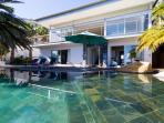 Sparkling rim-flow pool
