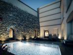 patio y piscina noche