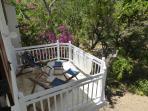 Kleiner Balkon mit Blick in den Garten