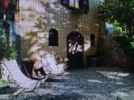Giardino con sdraio all'ombra della magnolia