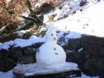 Cuando llega la nieve aprovechamos para jugar tirando bolas o haciendo un muñeco