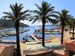 Port Cros, son petit port et ses restaurants de poissons